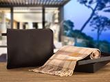 KIT DE BIENVENIDA (PIEL) | Manta 100% lana australiana en funda de piel grabada, presentado en un elegante packaging: caja negra con tapa y bolsa de regalo blanca con personalización en stamping plata.