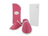 ZAPATILLAS EN FUNDA CLINIQUE ARAGO (POLIPIEL) | Zapatillas con suela antideslizante y talonera acolchada, presentadas en funda abierta de polipiel con chapón impreso. Se entregan en estuche de regalo personalizado.